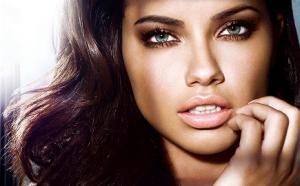 Volle lippen van Adriana Lima