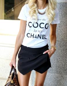 Zwarte skort met witte T-shirt